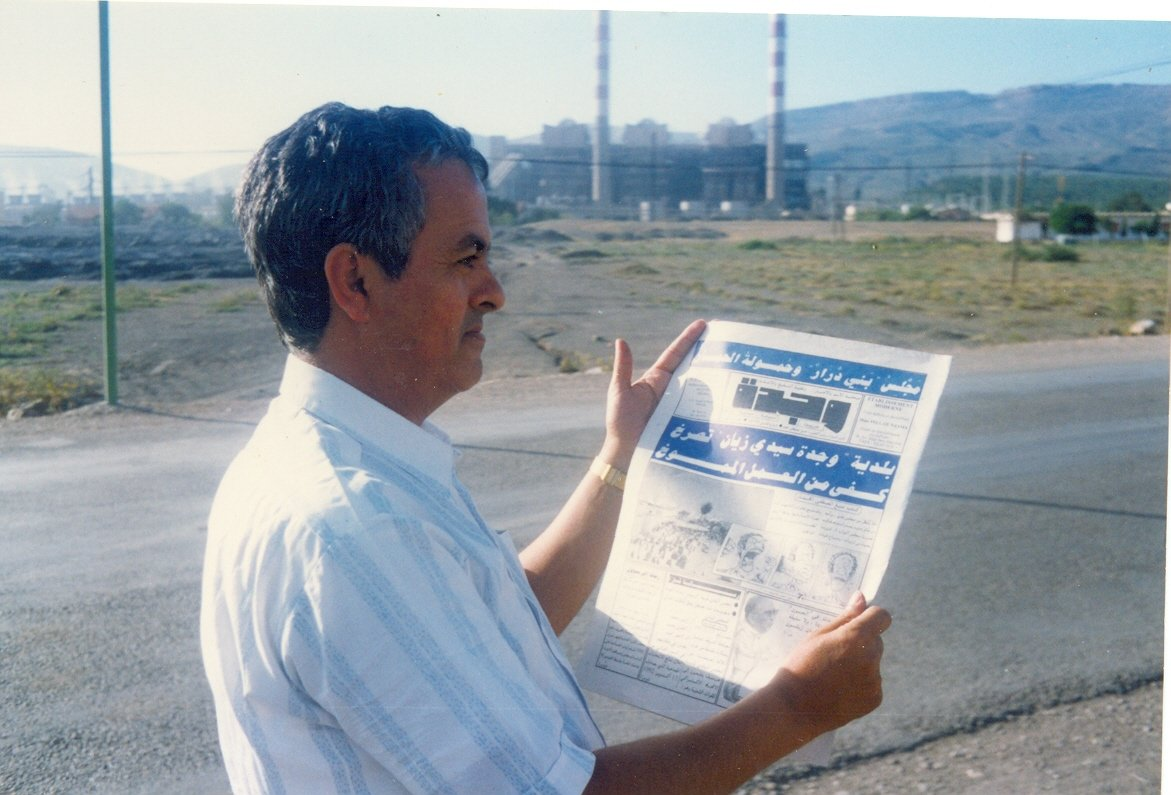الأستاذ مصطفى منيغ يتصفح جريدة وجدة في مدينة جرادة